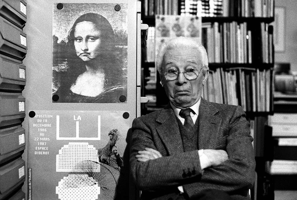 Atto-Bruno-Munari-nel-suo-studio-Milano-1988-©-Isisuf.-Istituto-internazionale-di-studi-sul-Futurismo-1